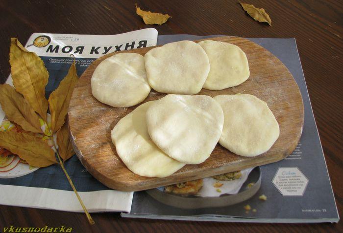 На середину выкладываю начинку из картофеля.