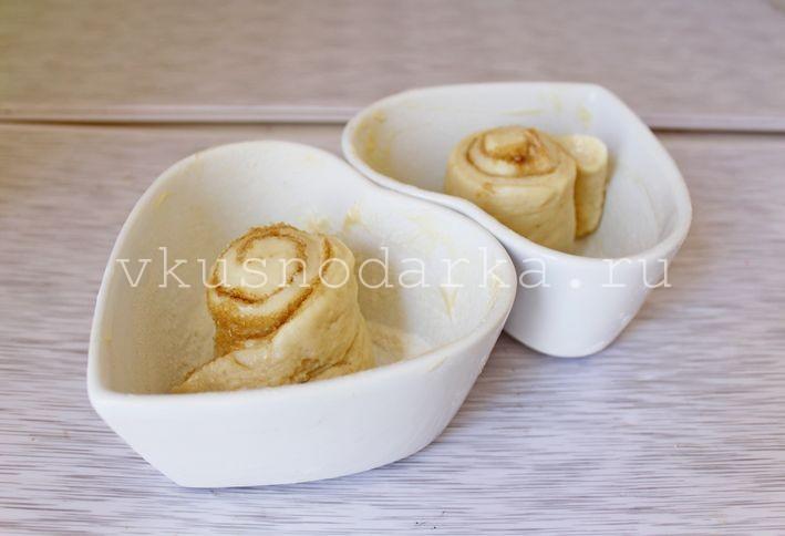 Каждую часть раскатать в прямоугольник толщиной 0,5 см, смазать очень тонко размягченным сливочным маслом