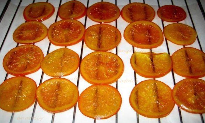 Выкладываем апельсины на решетку для остывания и сушки