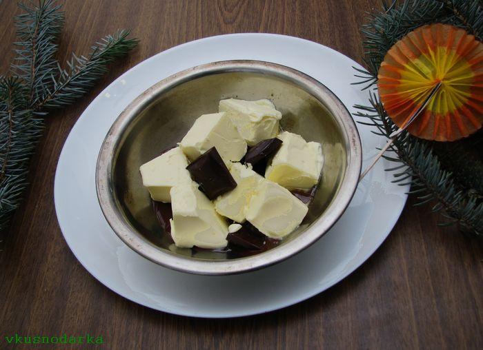 Разломать шоколад на кусочки и добавить кусочки сливочного масла