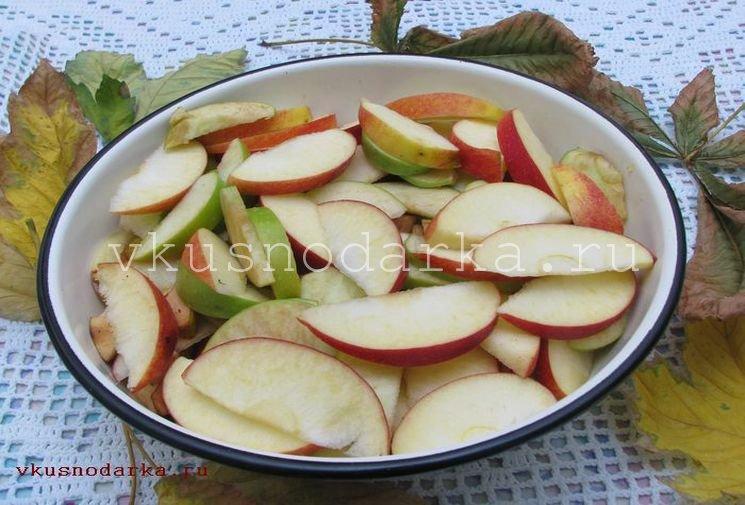 Нарезка яблок и айвы для приготовления яблочного джема