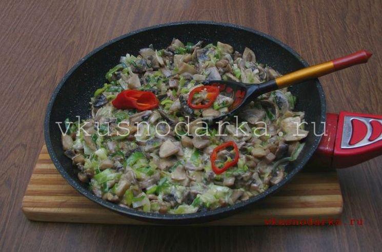 Готовые грибы выкладываем в порционные блюда