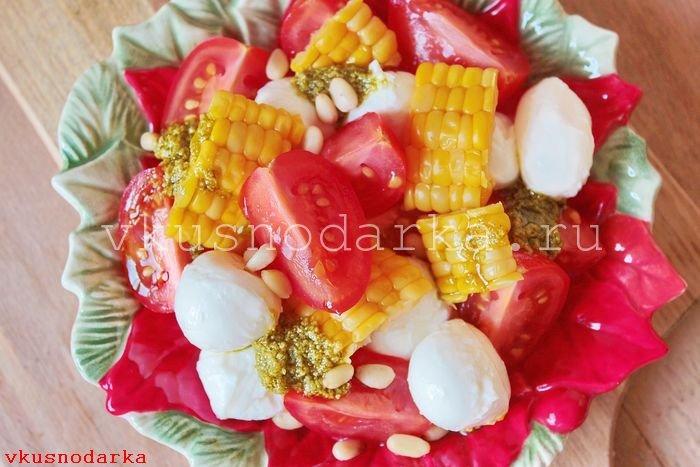 Выкладка салат капрезе на стол