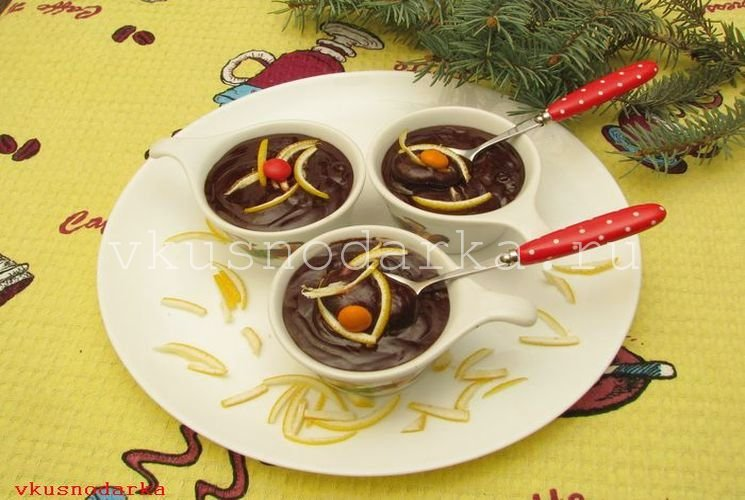 Сливаем горячие сливки в шоколад и перемешиваем