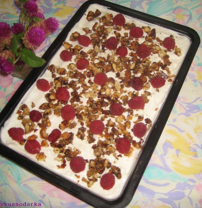 Посыпаем орехами и малиной приготовленную смесь