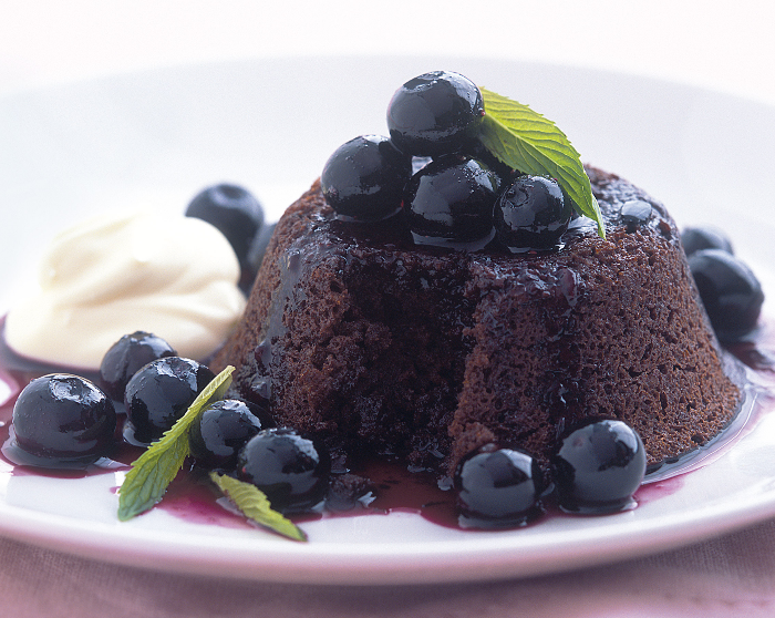 Шоколадный кекс с черникой