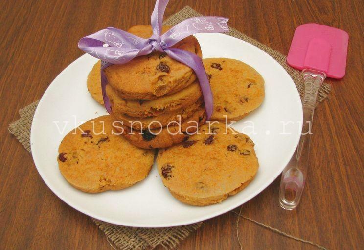 Готовое кукурузное печенье с изюмом