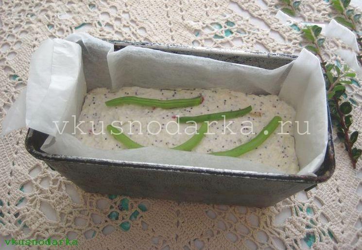 В форму выкладываем творожную массу и спаржевую фасоль