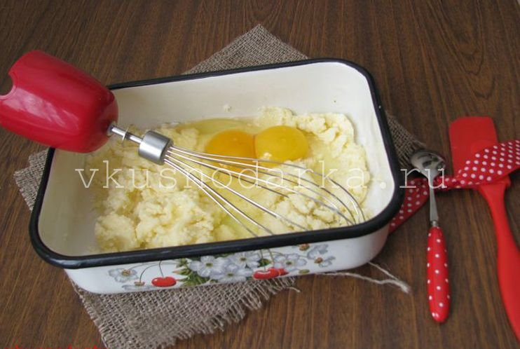 Яйца взбить с сахаром и присоединить жир или сливочное масло
