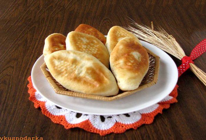 Румяные дрожжевые пирожки с картошкой готовы