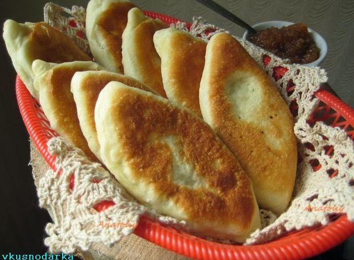 Готовые жареные пирожки из дрожжевого теста