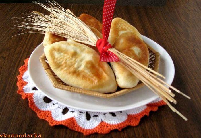 Дрожжевые пирожки с картошкой поданы на стол