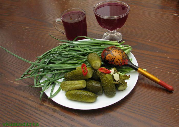 Добавляем в окрошку зеленый лук и соленые огурцы