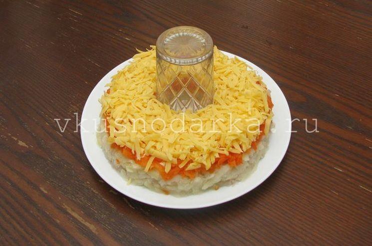 На подготовленное блюдо выкладываем натертый картофель