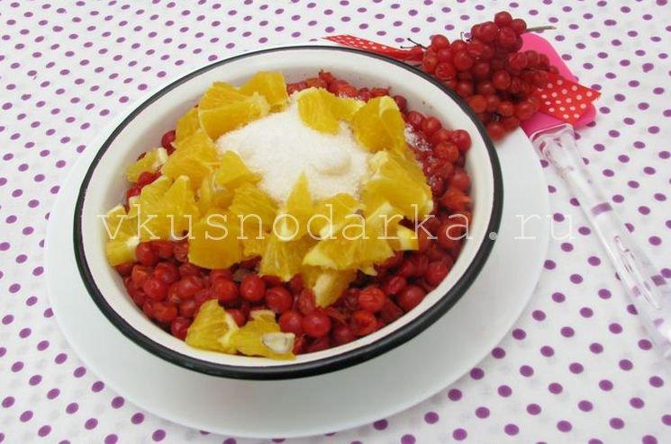 В ягоды добавить сахар, воду и кусочки апельсина