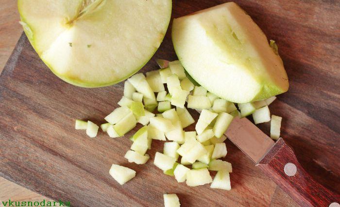 Яблоко помыть и удалить сердцевину