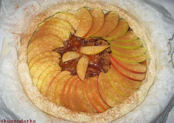 Посыпаем ломтики яблок тертым мускатным орехом и корицей