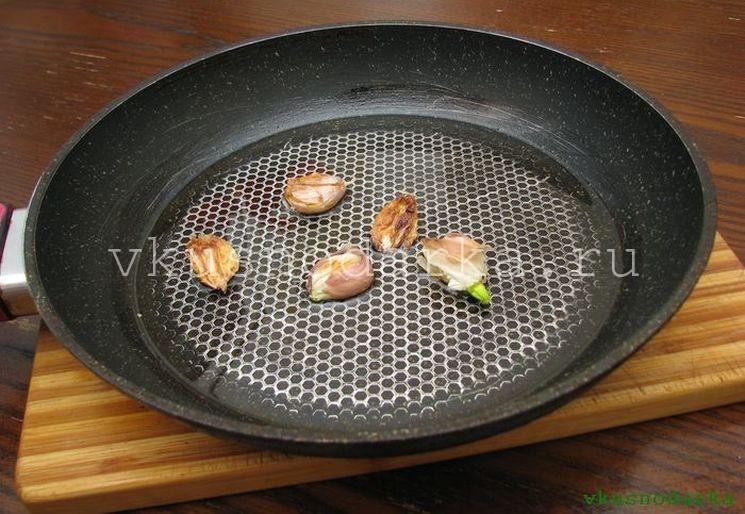 Поджарить чеснок для салата из печенки