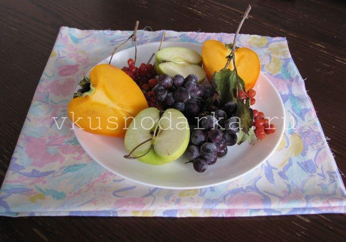 Подача полезного киселя из калины, хурмы и винограда на стол