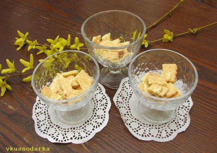 Разламываем печенье в подготовленные вазочки