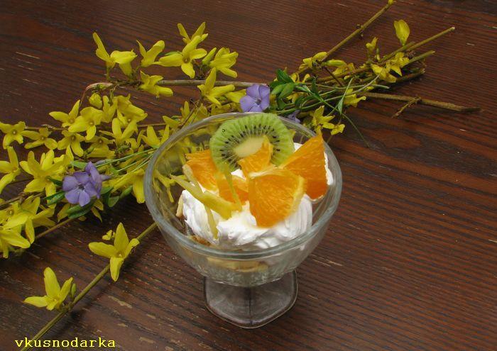 Добавляем в десерт кусочки киви