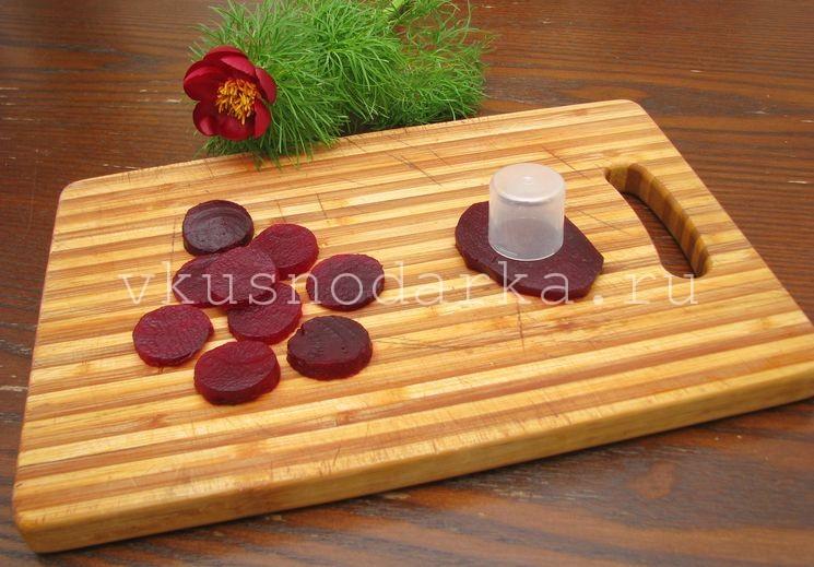 Свеклу испечь и нарезать на кружочки для салата из печенки