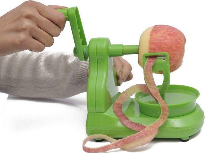 Оригинальное приспособление для очистки яблок