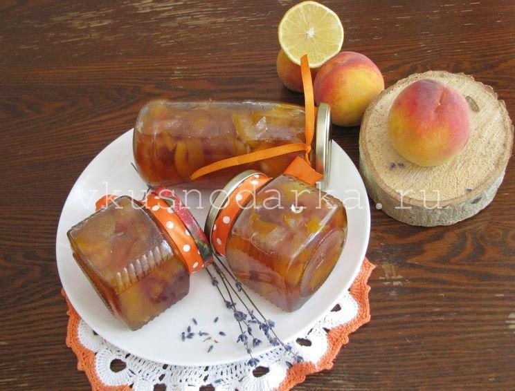 Герметически укупориваем персиковое варенье и храним до зимы