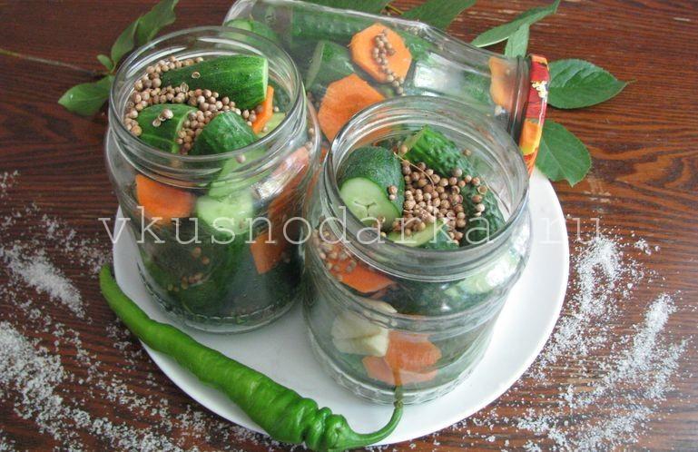 На дно стерильных стеклянных баночек выложить приправы, специи и морковь