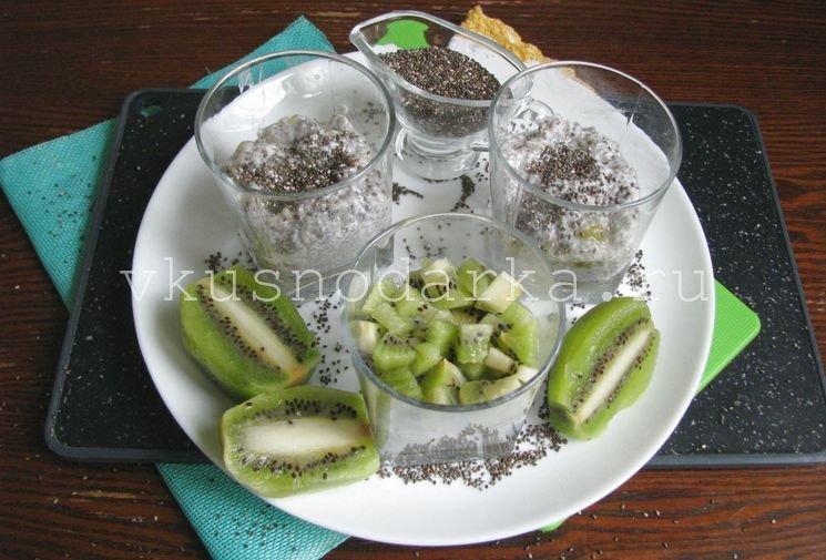 Плоды киви нарезать на мелкие кусочки для пудинга