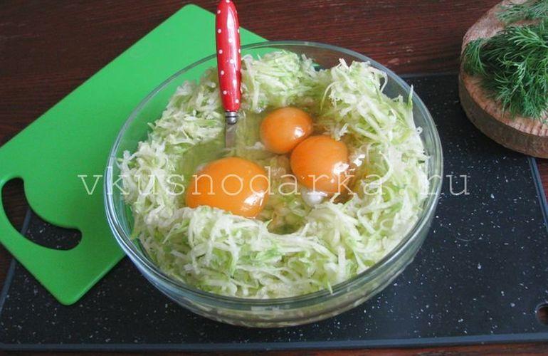 В овощную массу вбить три яйца