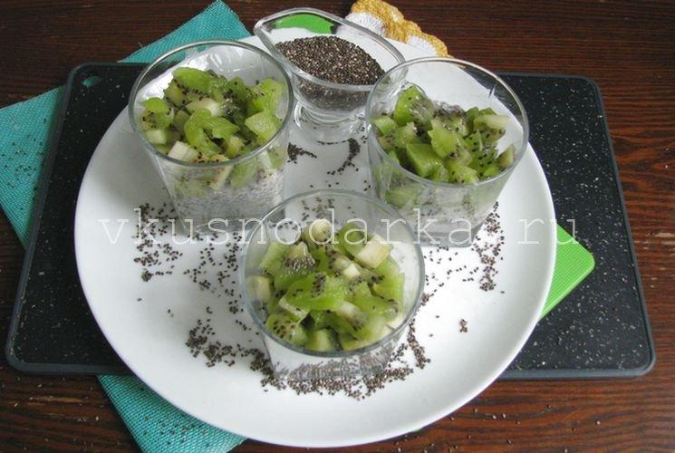 Заполнить стаканы нарезанными плодами киви
