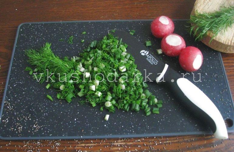 Измельчить зеленый лук и зелень укропа