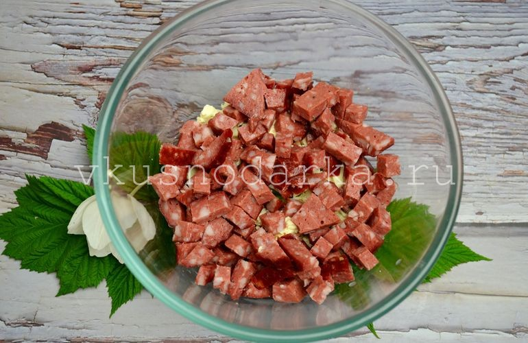 Копченую колбасу нарезать продолговатыми кусочками