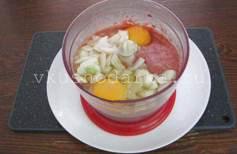 Присоединить в печеночную массу репчатый лук и яйцо