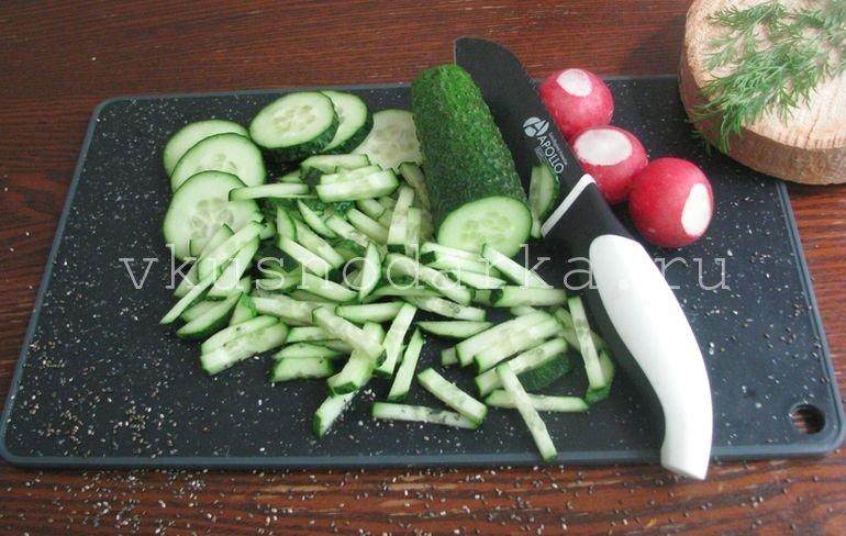 Редиску нашинковать брусочками для салата из редиски с горошком