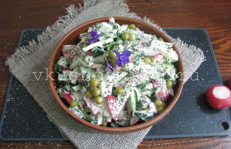 Салат из редиски с горошком выложить в салатницу