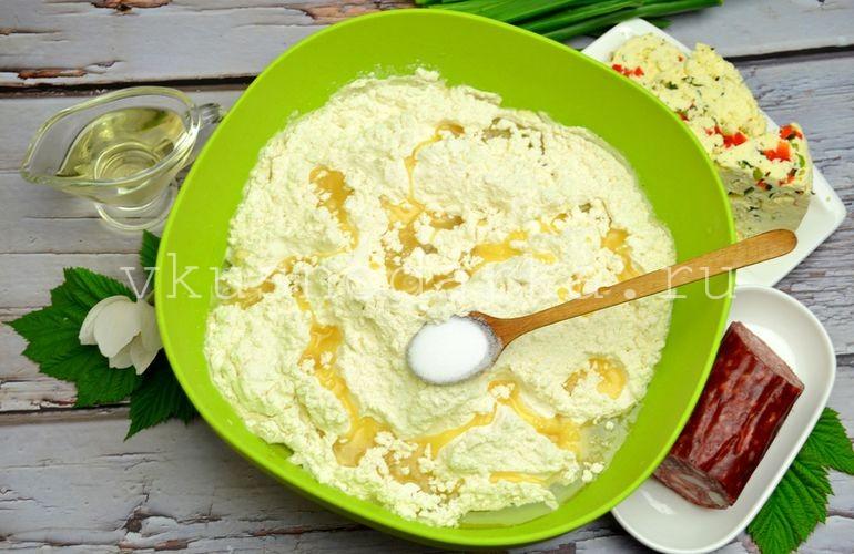 Всыпать соль и налить растительное масло для теста в пирожки
