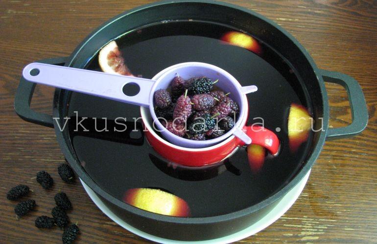 Ягоды шелковицы для кваса залить водой и проварить