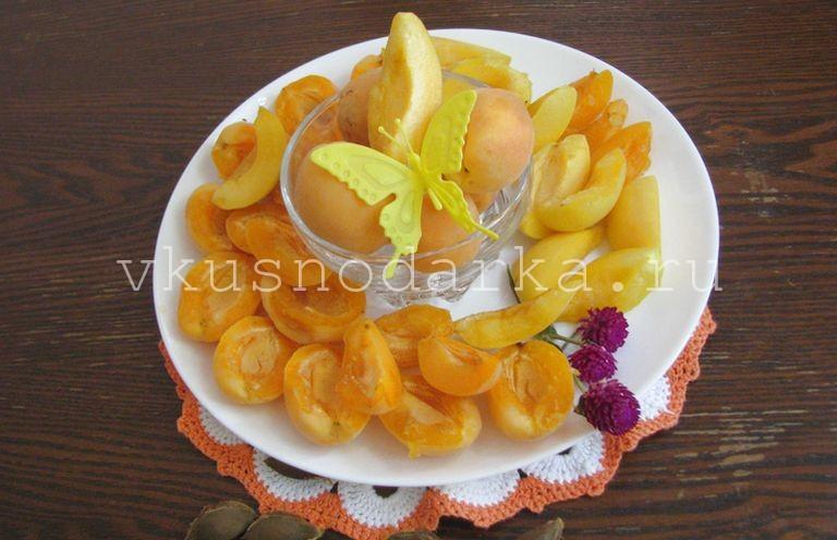 Нарезать плоды для простого абрикосового джема