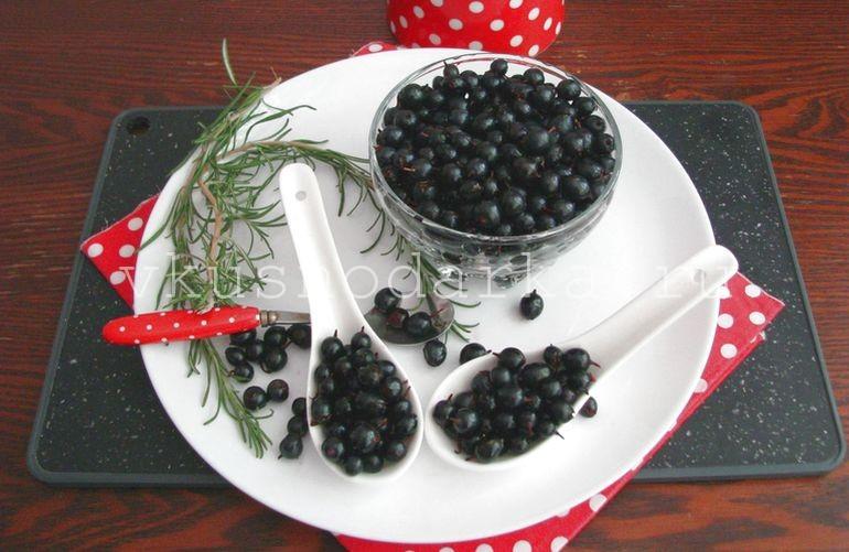 Потом ягоды черной смородины перебрать, удалить усики и тщательно промыть