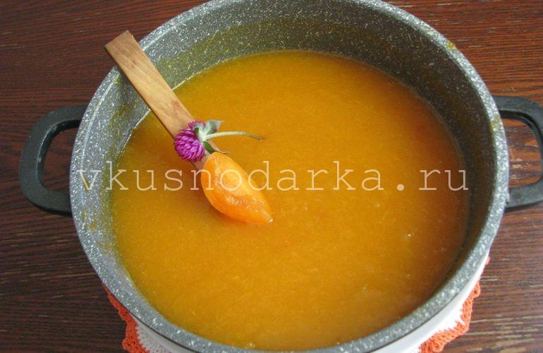Проварить абрикосовый джем на медленном нагреве около 20 минут