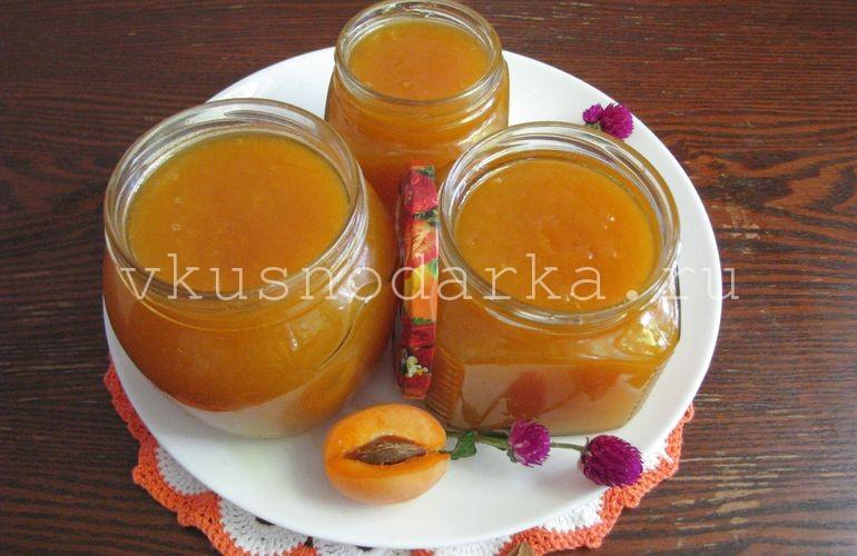 Разложить готовый простой джем из абрикосов в стеклянные банки