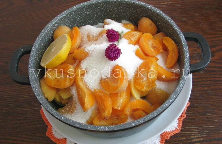 Всыпать в абрикосы сахар и залить разбавленный в воде лимонный сок