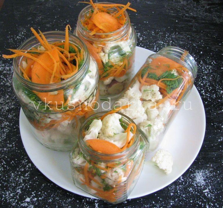 Овощи переложить послойно в стеклянные баночки