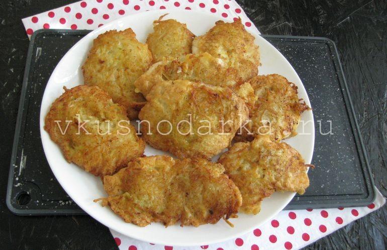 Куриные отбивные в картофельном кляре выложить на сервировочную тарелку
