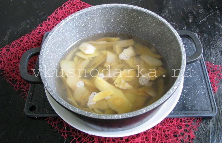 Очистки с груш залить водой и проварить около 15 минут