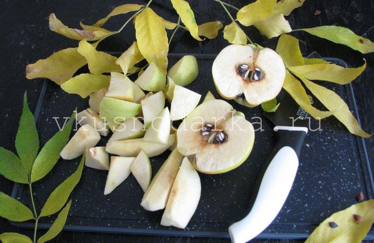 Айву для варенья и яблоки нарезать на средние кусочки