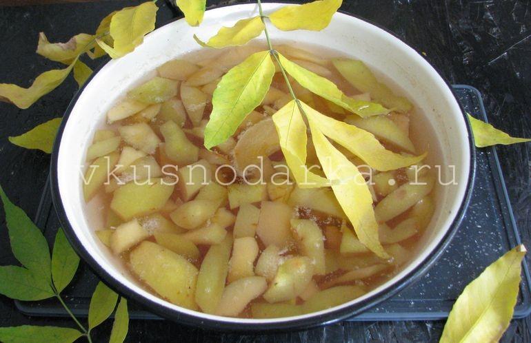 Приготовить айвовый сироп для варенья из айвы и яблок