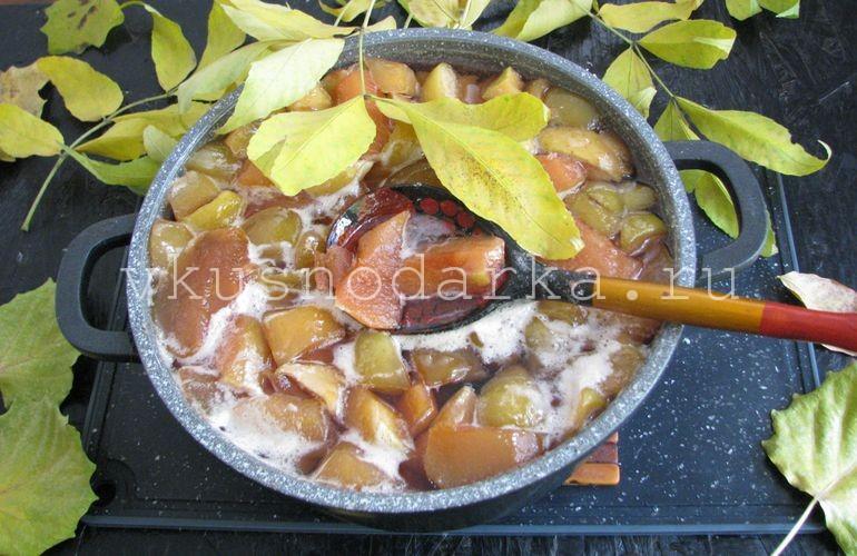 Проварить варенье из айвы и яблок  15 минут и отставить